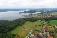 Luftbild mit Blick zum See
